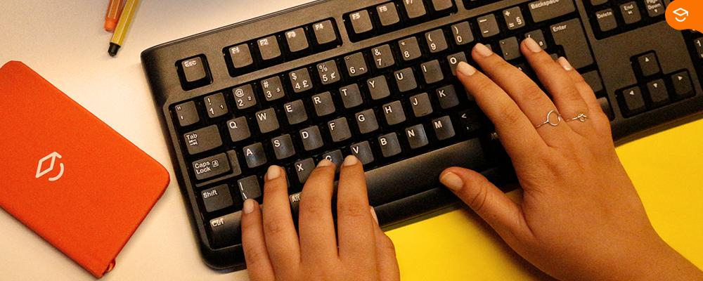 mãos-sobre-teclado-estudante-pesquisa-sobre-estudo-em-casa